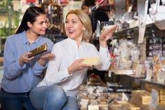 Kobiety kupuje czekoladę Zdjęcie Stock