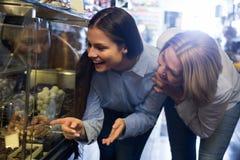 Kobiety kupuje czekoladę Zdjęcia Stock