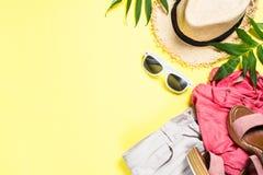Kobiety lata płótno ustawiający - kapelusz, wierzchołek, skróty i okulary przeciwsłoneczni na kolorze żółtym, zdjęcie royalty free