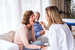 Kobiety lekarka egzamininuje starszej kobiety obraz stock