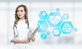 Kobiety lekarka i błękitne medyczne ikony Zdjęcia Royalty Free