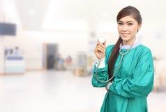 Kobiety lekarka jest ubranym zieleń szoruje i stetoskop w szpitalu fotografia stock