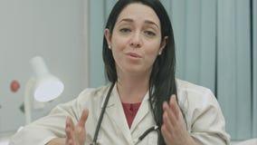 Kobiety lekarka mówi optymistycznie o rezultatach traktowanie i daje rekomendacjom pełna rekonwalescencja obraz stock