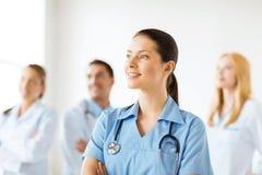 Kobiety lekarka przed medyczną grupą Zdjęcia Royalty Free