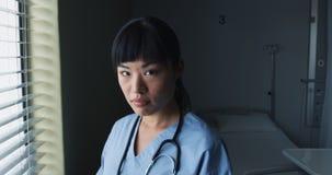 Kobiety lekarka przy pracą ono uśmiecha się kamera 4k zbiory