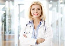 Kobiety lekarka przy szpitalem Obraz Royalty Free