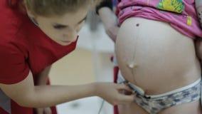 Kobiety lekarka słucha podbrzusze kobieta w ciąży stetoskopem zbiory wideo