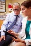 Kobiety lekarka W konsultacji z Męskim pacjentem Obrazy Royalty Free