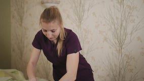 Kobiety lekarka w sprawności fizycznej centrum robi leczniczemu masażowi pacjenta plecy zdjęcie wideo