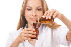 Kobiety lekarka z lekarstwem w szklanych butelkach obrazy stock