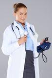Kobiety lekarka z sphygmomanometer Fotografia Royalty Free