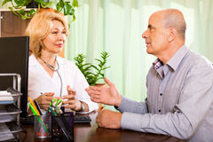Kobiety lekarka z starszym pacjentem Obraz Royalty Free