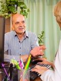 Kobiety lekarka z starszym pacjentem Obraz Stock