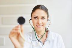 Kobiety lekarka z stetoskopem fotografia stock