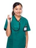 Kobiety lekarki chwyt z stetoskopem Obrazy Royalty Free