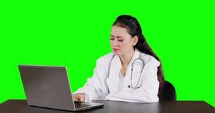 Kobiety lekarki pracy z laptopem i główkowaniem zdjęcie wideo