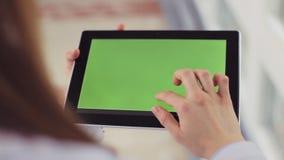 Kobiety lekarki ręki z pastylka komputerem z zieleń ekranem nowoczesna medycyna zdjęcie wideo