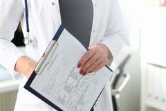 Kobiety lekarki r?ki mienie i plombowanie pacjent zdjęcia royalty free