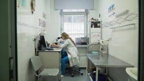 Kobiety lekarki spojrzenia w mikroskopie zdjęcie wideo