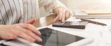 Kobiety liczenia finanse na pastylce i kalkulatorze Zdjęcie Stock