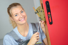 Kobiety locksmith naprawiania kędziorek Fotografia Stock