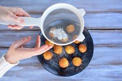 Kobiety lodowacenia tryskaczowy cukier na mini muffins Obrazy Royalty Free