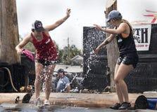 Kobiety Logrolling rywalizacja przy 2019 Floryda stanu jarmarkiem zdjęcia royalty free