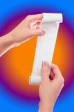 Kobiety lub dziewczyny chwyt w ręki rolce papier Z Drukowanym kwitu egzaminem próbnym W górę szablonu Czyści Mockup May Umieszcza Obrazy Stock
