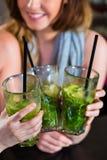 Kobiety lub koledzy w kawiarni, barze lub restauraci, Zdjęcie Stock