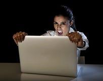 Kobiety lub ucznia dziewczyna pracuje na laptopie póżno przy nocą trzyma ekranu krzyczeć Obrazy Royalty Free