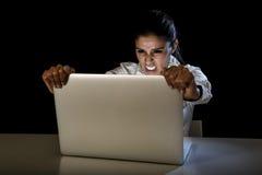 Kobiety lub ucznia dziewczyna pracuje na laptopie póżno przy nocą trzyma ekranu krzyczeć Zdjęcia Stock