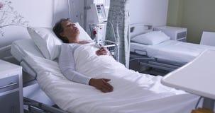 Kobiety lying on the beach w łóżku szpitalnym 4k zbiory