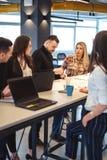 Kobiety mówić gniewny jej koledzy przy biurowym spotkaniem obrazy stock