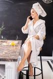 Kobiety mówienie telefonem w zdroju fotografia royalty free