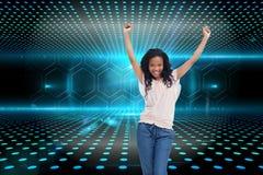 Kobiety młodzi szczęśliwi stojaki z jej rękami w powietrzu Obrazy Stock