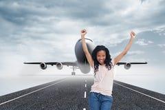 Kobiety młodzi szczęśliwi stojaki z jej rękami w powietrzu Zdjęcie Stock