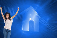 Kobiety młodzi szczęśliwi stojaki z jej rękami w powietrzu Zdjęcie Royalty Free