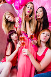 Kobiety ma bachelorette przyjęcia w klubie fotografia royalty free