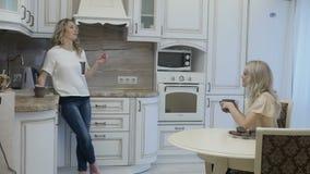 Kobiety ma kawę na kuchni zdjęcie wideo