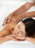 Kobiety ma tylnego masaż zdjęcie royalty free