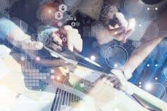 Kobiety macania pokazu pastylki Elektroniczna ręka Kierownik Projektu Bada proces Biznesu Drużynowy Pracujący Nowy rozpoczęcie Zdjęcia Royalty Free