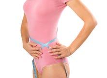 Kobiety measurin jej ciało rozmiar zdjęcie stock
