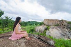 Kobiety medytacja na górze Zdjęcia Royalty Free