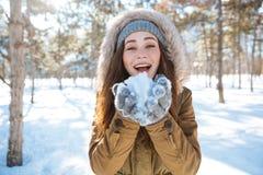 Kobiety mienia śnieg w zima parku Zdjęcie Royalty Free
