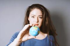 Kobiety mienia światowa kula ziemska w jej ręce obraz royalty free