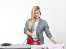 Kobiety mienia żelazo wokoło robić prasowaniu obrazy royalty free