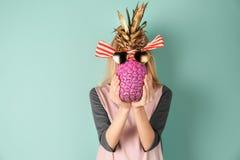 Kobiety mienia ananas z okularami przeciwsłonecznymi i faborkiem zdjęcie royalty free