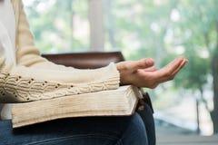 Kobiety mienia biblia Zdjęcia Stock