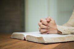 Kobiety mienia biblia Zdjęcie Stock