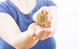 Kobiety mienia bitcoin fotografia royalty free